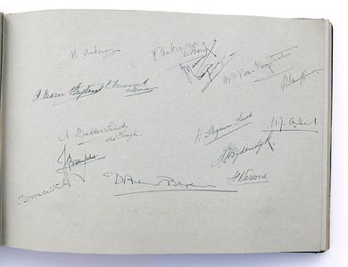 19431118 Jubileumboek Frits Drijver Handtekeningen bij foto De veteranen  CollectieBakkerSchut