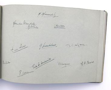 19431118 Jubileumboek Frits Drijver Handtekeningen bij foto D.H.V. I Dames  CollectieBakkerSchut