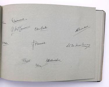 19431118 Jubileumboek Frits Drijver Handtekeningen bij foto D.H.V. III Dames  CollectieBakkerSchut