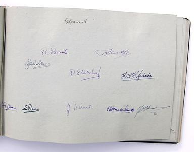 19431118 Jubileumboek Frits Drijver Handtekeningen bij foto D.H.V. V Heeren  CollectieBakkerSchut