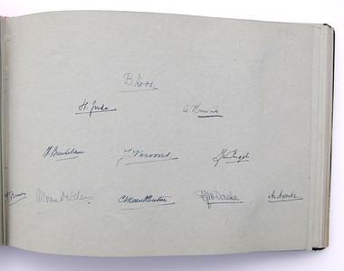 19431118 Jubileumboek Frits Drijver Handtekeningen bij foto D.H.V. II Dames  CollectieBakkerSchut