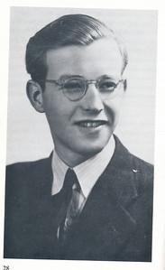 1945 Onderschrift: Jan van Gennep-Luhrs, die als niet-katholiek - lid was van de katholieke verzetsgroep in Deventer. In  het najaar van 1944, werd ook hij, met een aantal andere verzetsstrijders, bij 't Wenthol door de Duitsers gefusilleerd. Opmerking: JvGL was lid DHV. Zie Clubnieuws met vermelding omgekomen.   Coory Bosman Witboek van het Katholieke Verzet in Deventer 1940-1945, p. 28  Fotograaf: onbekend Formaat: 17 x 10 Afdruk zw