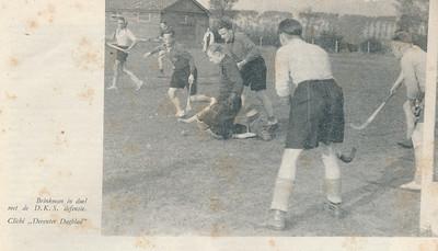 19461020 Onderschrift: zie foto  Opmerking: op 20 oktober 1946 speelde D.K.S. in Deventer. Deventer won met 3-1. Zie Clubnieuws 1946 (9), no.2 november 1946, p.3  Clubnieuws 9 (1946-1947).2, p.3 Fotograaf: onbekekend ws. Hakeboom  Formaat; 14 x 10  Afdruk zw