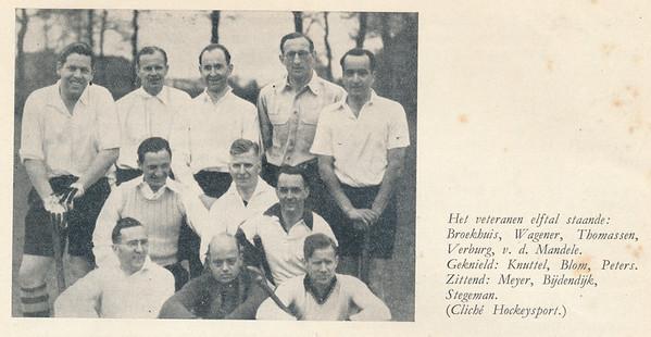 19470504 Onderschrift: zie foto  Opmerking: het Veteranenelftal dat voor de derde maal de Veteranenbeker won.  Zie Clubnieuws juli 1947, p.4 en 5.  En Hockeysport 9 mei 1947. Alleen de uitslag,  geen verslag in Hockeysport.  De wedstrijd was op 4 mei 1947 in Amersfoort tegen Hilversum. Deventer won met 2-0. Deventer speelt in witte shirts omdat Hilversum ook een zwarte broek en een zwart shirt had, weliswaar met witte kraag. Zie Gedenkboek Hilversum 2004 p. 40. In 1960 gaat Hilversum op een geel-blauw-shirt over.  Namen met voornamen: Staand vlnr: Jan Broekhuis, Jopie Wagener, Henk Thomassen, Jan Verburg, Chris van der Mandele Knielend vlnr: Daan Knuttel (med. Dietje Coldeweij 3-1-2012), Jan Blom, Jan Peters, Zittend: Bob Meijer, Hans ? of Jan Bijdendijk, Piet Stegeman    Clubnieuws 9 (1946-1947) 6, p. 4 Fotograaf: onbekend Formaat; 10 x 8  Afdruk zw