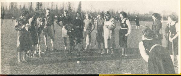 194811 Onderschrift: D.H.V. 35 jaar 1948. Jeugdwedstrijden tijdens dit lustrum. Nu, 5 jaar later, zien we reeds velen van deze jongens en meisjes in de eerste en tweede elftallen.   Clubnieuws 15 (1952-1953) 2, November 1953, p. 15