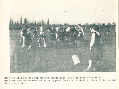 194811 Onderschrift in Clubnieuws zie boven. Iets verderop: DE JUNIORES HEREN probeerden buiten bovengenoemde moeilijkheden ook nog eens de bal in een bus te plaatsen. (Zie foto boven.)   Clubnieuws 10 (1948-1949) 3, januari 1949, p. 9