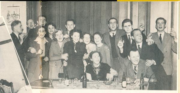 19501203 Onderschrift: Sintklaasviering bij D.H.V.  Opmerking: geplaatst in lustrumnummer november 1953. Dus tussen 1945 en 1953. Ik zie geen enkel bekend gezicht.  Ook de viering op 3 december 1950, zie de gezichten op de andere foto. Bijvoorbeeld de man staand derde van rechts. Staat op andere foto schuin rechts achter Bob Meijer.   Clubnieuws 15 (1953-1954) 2 november, p. 21