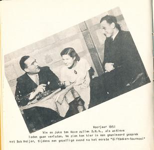 """19510429 Onderschrift: Voorjaar 1951. Wim en Joke ten Hove zullen D.H.V. als actieve leden gaan verlaten. We zien hen hier in een geanimeerd gesprek met Bob Meijer, tijdens een gezellige avond na het eerste 'Giftbeker-tournooi """" Opmerking: zie verslag van dit toernooi op zondag 29 april 1951 in Clubnieuws mei juni 1951, p. 8,9 en 10.  Foto ook in collage. Giftbeker moet zijn Gifbeker. Het winnende team moest de beker met vergif (een vreemde cocktail) leegdrinken.    Clubnieuws 15 (1953-1954) 2 november, p. 26."""