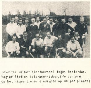 Onderschrift: zie foto Opmerking: nog niet gevonden. In 1950-1951 won Hilversum de beker van Amsterdam. In 1949-1950 HDM voor de derde maal. Onduidelijk. Op 6 mei 1951 verloor Deventer wel met 2-1 van Amsterdam. Vergissing???  Uiterst rechts Jan Blom, zittend tweede van rechts Chris van der Mandele. Verder mij onbekend.  Foto ook in collage mei/juni 1951.  Dus daarvoor.   Clubnieuws 15 (1953-1954) 2 november p.36