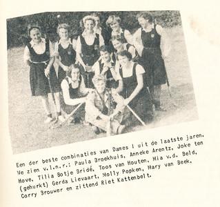 1950 Onderschrift: Een der beste combinaties van Dames I uit de laatste jaren. We zien v.l.n.r.: Paul Broekhuis, Anneke Arentz, Joke ten Hove, Tilia Botje Bride, Toos van Houten, Mia v.d. Beld, (gehurkt) Gerda Lievaart, Molly Popken, Mary van Beek, Corry Brouwer en zittend Riet Kattenbelt  Opmerking: foto uit lustrumnummer 1953. Eerder in collage in Clubnieuws januari 1951 zonder onderschrift.    Opstelling komt exact overeen met namen uitgesloten speelsters in Clubnieuws november 1950, p. 5. Dus tussen september 1950 en januari 1951. Wanneer en waar precies heb ik niet kunnen vinden.      Clubnieuws 15 (1953-1954) 2, p. 5