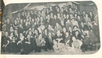 19501203 Onderschrift: Sinterklaasviering bij D.H.V.  Opmerking: foto ook in collage in Clubnieuws januari 1951. Dus de viering december 1950. Dat was op 3 december 1950 in Hotel De Platvoet. Links staand met sigaret Jan Broekhuis. Vooraan zittend Bob Meijer.   Zie Clubnieuws januari 1951, p. 2 en 3.   Clubnieuws 15 (1953-1954) 2 november, p. 21