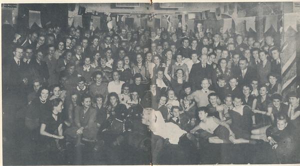 """19511201 Onderschrift: geen Opmerking: Sinterklaasfeest zaterdag 1 december 1951 in Hotel De Platvoet. Uitvoerig verslag in Clubnieuws december 1951.  Rechts in het midden de voorzitter Bob Meijer met naast hem de groundsman Maatman met zijn vrouw. In het verslag staat dat ook Epe was uitgenodigd met zoals genoemd 'De Moeder van Epe"""" Mevr. M. Mijs-Langerijs. Deze staat op de foto in het midden.    Clubnieuws 13 (1951-1952) 3, p. 8 en 9 Fotograaf: onbekend Formaat: 28 x 15 Afdruk zw"""