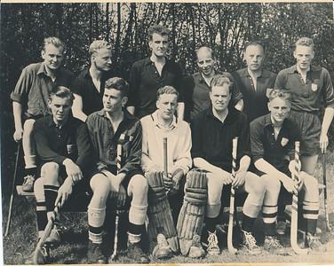19550430nr3 Achterop; 1954 Foto 13-2 50 %  Opmerking: Foto is gereproduceerd. Afgedrukt in De Telescoop 1973 Lustrumnummer p. 13 met als onderschrift: Zo ook in 1954 (JWB: namelijk Oostelijk Kampioen) (foutief dus)  Foto is afgedrukt in Hockeysport 22 (1954-1955) ed. 32, 6 mei 1955, p. 635. Zie daar.   Staand vlnr: Hans Scheeffer, Jan Botman, Thijs van der Wall,  Ane Sjoorda, Jan Derckx (Jan was deze wedstrijd niet aanwezig, foto is er in gemonteerd, zie foto in Hockeysport), Paulus Meijer  Zittend vlnr: Wim Guitink, Jan Ankersmit, Rudi Stroobach, Richard Rahusen, Haiko Drenth   Opvallend is het verschil in shirts. Jan Ankersmit draagt het shirt uit de periode 1925-1929. Van familielid geweest? Paulus Meijer, Wim Guitink en Haiko Drenth het shirt dat ingevoerd is in 1929. De anderen dragen helemaal geen badge. De schoenen zijn de linnen basketbalschoenen die toen gedragen werden. De kousen zijn ook verschillend.  Waarschijnlijk op 30 april 1955 bij EHV. Zie clubhnieus 16 (1954-1955) no.7, p.2 en 3.  Bij de wedstrijd op 24 april 1955 tegen PW 2 werd Deventer kampioen. Won met 5-1. Toen deed echter Jan Derckx mee, hij scoorde. Zie Clubnieuws. Volgens Clubnieuws was de laatste wedstrijd op 30 april tegen EHV. Onduidelijk of uit of thuis. Deventer won met 1-0.   Zie ook verslag Hockeysport 22 (1954-1955) ed. 31, 28 april 1955, p. 611 voor de wedstrijd van 24 april.    ArchiefDHVlossefoto  Fotograaf: onbekend Formaat: 22 x 17  Afdruk zw