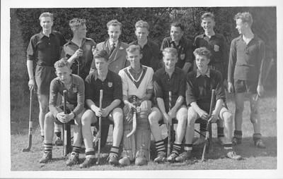 19550424Heren3nr1 Onderschrift in mail Jan der Eijken 29 maart 2012: De foto van het elftal Heren DHV 3 is genomen op 6 mei 1955 t.g.v. het kampioenschap in de 4e klas oost. Op 14 mei promotie naar 3e klasse. De bovenste rij van links naar rechts: B. Linthorst, G. (Gait jwb) Broekhuis, Henk Hunink, G. van der Zande, John Akkerman, Jans (Hans, jwb) Smoor, Johan van Dijk Zittend: Jan van der Eijken, Gerard Brand, E. Fischer, Eric van der Lande, Ger Versteeg Ik had contact met Gait Broekhuis die meende dat de foto was gemaakt t.g.v. promotie naar 2e klasse. Dat moet het jaar later geweest zijn. Einde citaat.  Opmerking: in het lustrumnummer van 1963 staat het bovenste deel van deze foto, overigens op een iets ander moment gemaakt met als onderschrift: 1955.  In Clubnieuws 16 (1955) nr. 5, p. 5 staat een verslag van de kampioenswedstrijd op 24 april 1955 tegen Apeldoorn II in Apeldoorn. Qua achtergrond zou dit in Apeldoorn kunnen zijn. Dus 24 april 1955. Zie ook artikel in Hockeysport bij foto Heren 1. Inderdaad is ook Heren 3 kampioen. Volgens het artikel in Clubnieuws moesten daarna promotiewedstrijden worden gespeeld. Zaterdag 30 april 1955 tegen Union V in Nijmegen (Deventer verloor met 1-0) en op 15 mei 1955 tegen Almelo IV thuis. Deventer III promoveerde inderdaad (Clubnieuws 16 (1955) nr. 6, p. 4 jaarverslag). Maar dus waarschijnlijk op 15 mei 1955.    CollectieJanvander Eijken Fotograaf: onbekend Formaat: onbekend, toegezonden per mail. Afdruk zw