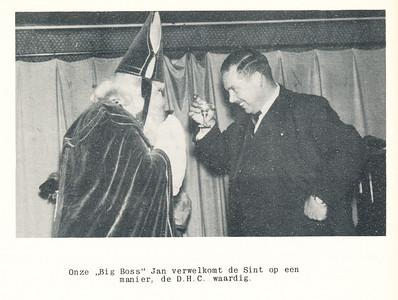 19551126nr01 Onderschrift: zie foto Opmerking: Sinterklaasviering 26 november 1955 op De Platvoet. Zie verslag Clubnieuws december 1955, p5, 6 en 7. Dus ? en Jan Broekhuis   Clubnieuws 17 (1955-1956) 2 december 1955, p. 10
