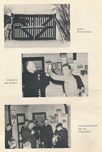 195604 Onderschrift: zie foto Opmerking: afscheid Jan Botman in clubhuis. Wanneer?  Voor de laatste wedstrijd thuis tegen DKS op ????? Zie Clubnieuws mei 1956 (stukje Jan Botman) en Clubnieuws april 1956, p. 13. Jan Derckx overhandigt kado spelers en voorzitter Jan Broekhuis houdt speech.   Clubnieuws 17 (1955-1956) 5, p. 6  Fotograaf; onbekend Formaat: 21 x 13 Afdruk zw