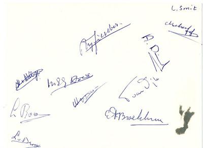 19560330 Achterzijde kaart BDHC met alle 11 handtekeningen. Links van onderen naar boven: L. van Drooge, L. Roos, H. van Willigen, Mej. Kroes, M. Riesebos, L. Smit, G. Scheeffer, A. Dienske, T. van Dijk, E.F. Broekhuis,   Collectie Loes Smit Formaat: 16 x 12