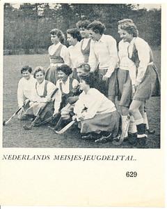 19560429 Onderschrift: geen  In brief Loes Smit 27-1-2014: Het Ned. Jeugd spreekt voor zich. Ik ben 3e van links staand. Opmerking: uit Hockeysport 23 (1955-1956) 32, P. 629. Zie ook de volledige pagina's 628 en 629.  Merkwaardig is dat in Clubnieuws van die tijd nergens verkiezing van Loes Smit in het Nederlands jeugdelftal is vermeld.   Collectie Loes Smit Formaat: 12 x 10 Afdruk zw