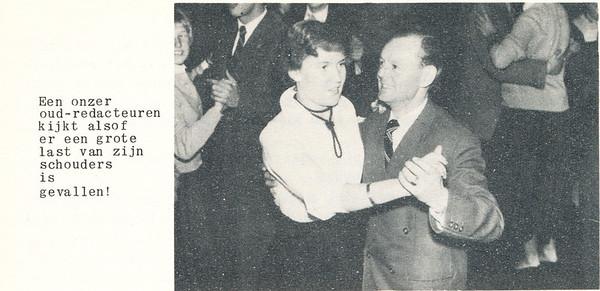 19551126nr03 Onderschrift: zie foto Opmerking: ik weet niet wie de oud-redacteur is.  Links m.i. Anke Dienske.   Clubnieuws 17 (1955-1956) 2 december p. 11