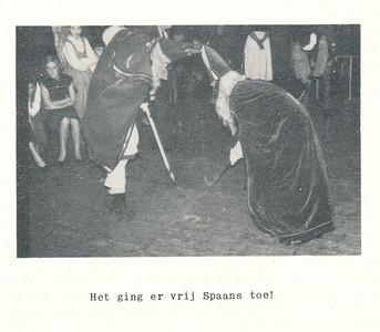 19551126nr02 Onderschrift: zie foto Opmerking: zie Clubnieuws verslag. match tussen de echte en beunhaas Sint.   Clubnieuws 17 (1955-1956) 2, december 1955, p, 10