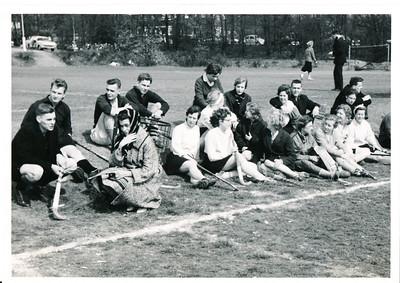 19600403 Achterop: Samovar (Samovar is doorgestreept verbetering: Dames) toernooi Nijmegen 1960 Album 1 volgnummer 5 met pen  Opmerking: foto is afgedrukt in Clubnieuws. Zie daar.  Daarom gedateerd 3 april 1960. Heren 1 en Dames 1 gingen naar het toernooi. Geen mixed-wedstrijden. Verslag in Clubnieuws.   Collectie Willem van Bodegom Fotograaf: ws. Willem van Bodegom Formaat: 10 x 8  Afdruk zw