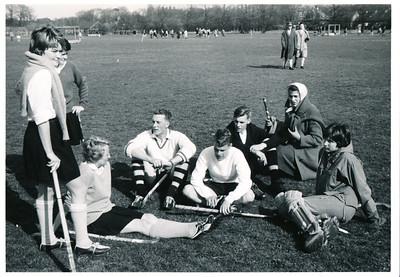 19600414 Achterop:HGC toernooi (mixed) Wassenaar Team Deventer 1960 Album 1 met pen nr 10   Collectie Willem van Bodegom Fotograaf: ws. Willem van Bodegom Formaat: 10 x 8 Afdruk zw