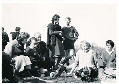 19600414 Achterop: HGC- toernooi  Team Deventer Album 1  Opmerking: verslag in Clubnieuws mei 1960. Oudere man is waarschijnlijk Pa Bensink waar het Deventer team overnachtte.  Van rechts naar links: Arda Stegeman, Dickey Scheeffer   Collectie Willem van Bodegom Fotograaf: mogelijk Willem van Bodegom Formaat: 11 x 8 Afdruk zw