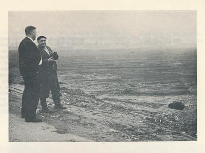 196005 Onderschrift: geen Opmerking: Jan Broekhuis kijkt uit over de nieuwe velden aan de Bergweide in aanleg.  Clubnieuws 21 (1959-1960) 4, p. 3 Fotograaf: onbekend  Formaat: 10 x 7 Afdruk zw
