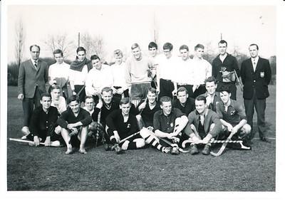1960Hengelonr01  Achterop: Hengelo - Deventer 1 3-0?-60 Album 1 Opmerking: nog niet kunnen plaatsen Deventer speelde op 16 oktober 1960 uit bij Hengelo. In deze wedstrijd brak Rutger Loenen zijn been.  Zie Clubnieuws oktober 1960, p.6. Maar Rutger Loenen staat hier m.i. niet op. En er zijn 11 Deventer spelers en 11 Hengelo-spelers. Aan het eind van de competitie 1959-1960 speelde Deventer ook tegen Hengelo en verloor met 4-0. Onduidelijk of uit of thuis. Zie Clubnieuws mei 1960, p.14. Is na te gaan Hockeysport. Gezien de foto op terras mogelijk toen.   Collectie Willem van Bodegom Fotograaf: ws. Willem van Bodegom Formaat: 11 x 7 Afdruk zw