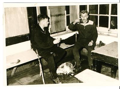 19601126 Onderschrift: film I negno14 Gait Broekhuis met lid BOAR 1960  Opmerking: dus met de keeper van BOAR. Goed is te zien hoe ernstig verwaarloosd het clubhuis is. Mogelijk niets meer aangedaan vanwege aanstaande verhuizing.   Collectie Willem van Bodegom  Fotograaf: Willem van Bodegom  Formaat: 11 x 8 Afdruk zw