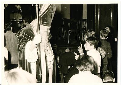 19601126Sintnr05 Achterop: 50 in groen en 1960  Opmerking: Sint verlaat de zaal ?   Collectie Willem van Bodegom  Fotograaf Willem van Bodegom  Formaat: 11 x 7  Afdruk zw