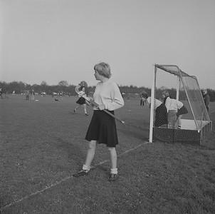 19610325 Onderschrift: geen Opmerking: een wedstrijd op de oude velden. Een lager dameselftal op veld 2. Volgens Clubnieuws mei 1961 vond de laatste wedstrijd plaats op25 maart 1961. Vandaar de datering. Maar het kan natuurlijk ook eerder zijn geweest.