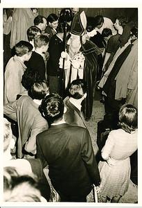 19601126Sintnr06 Achterop: in groen 54 en 1960  Opmerking: Sint verlaat de zaal.   Collectie Willem van Bodegom  Fotograaf Willem van Bodegom  Formaat: 11 x 7  Afdruk zw