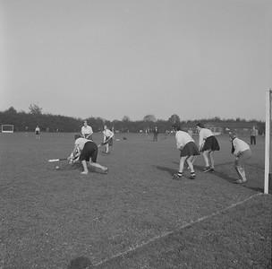 19610325 Onderschrift: geen Opmerking: een wedstrijd op de oude velden. Een lager dameselftal.  Op veld 2. Volgens Clubnieuws mei 1961 vond de laatste wedstrijd plaats op 25 maart 1961. Vandaar de datering, maar het kan ook eerder zijn geweest.