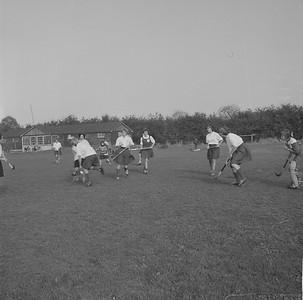 19610325 Onderschrift: geen  Opmerking: wedstrijd op oude velden. Volgens Clubnieuws mei 1961 p. 10 vond de laatste wedstrijd daar plaats op 25 maart 1961. Daarom zo gedateerd, kan natuurlijk ook eerder zijn. Een wedstrijd tussen lagere dameselftallen. Op veld 1, andere twee foto's op veld 2. Badges helaas niet thuisgebracht.