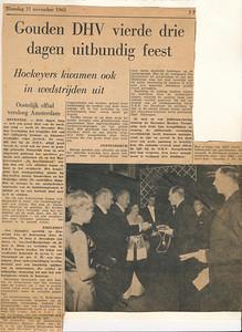 19631111 Onderschrift: zie foto. Erbij geschreven: Vaders werd lid van verdienste.  Opmerking: drie dagen lustrum. Vrijdag 8 november 1963 benoeming ereleden en leden van verdienste Ontbrekende tekst onderaan links:  De voorzitter van de Nederlandse hockeybond, Mr. H.E.A.M. van Zinnicq Bergmann, was ook naar Deventer gekomen om dit jubileum mee te maken. Na zijn felicitaties te hebben aangeboden sprak hij de hoop uit,nu het met de dames van D.H.V. zo geod gaat, dat ook bij de heren de weg omhoog spoedig te-  CollectieVanGroningen