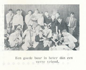 19631118 Onderschrift: zie foto  Opmerking: UD-DHV onduidelijk wanneer. linksboven Hans Haaxman  links onder Dries Kost met zoontje Dat laatste ws. opmerking Jan Meerdink Veldboom. Of Rutger Loenen?  Helemaal rechts in jasje m.i. Ties Schrauwen.   Clubnieuws 25 (1963-1964) 3 p. 30 Fotograaf: onbekend Formaat: 9 x 5 Afdruk zw