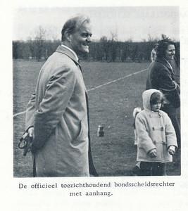 19660408 Onderschrift: zie foto Opmerking: Wevers bij Koerhuisbekertoernooi op 8 april 1966  Clubnieuws 27 (1965-1966) 4, p. 10 Fotograaf: onbekend  Formaat: 7 x 7    Afdruk zw