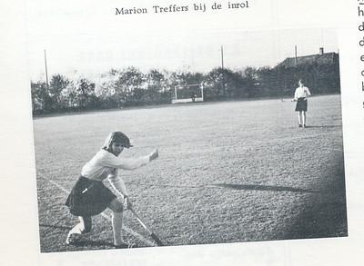 1965B Onderschrift: zie foto Opmerking: uitwedstrijd Meisjes A I tegen Zwolle. Zie andere twee foto's   Clubnieuws 27 (1965-1966) 2, p. 10   Fotograaf: onbekend  Formaat: 9 x 6    Afdruk zw