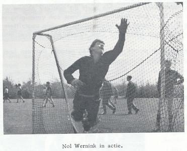 19660508 Onderschrift: zie foto Opmerking: Onderlinge Hockeydag 8 mei 1966  Clubnieuws 27 (1965-1966) 5, p. 13 Fotograaf: onbekend Formaat: 9 x 6 Afdruk zw
