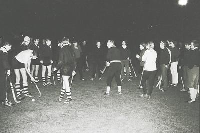 19661214nr10 Lichtinstallatie in gebruik    In het midden Jan ter Beek, de trainer.  Deze foto gedeeltelijk in Clubnieuws 28 (1966-1967) 1 (januari) p. 18  Archief DHV  Fotograaf: Johan van Dijk  Negatief