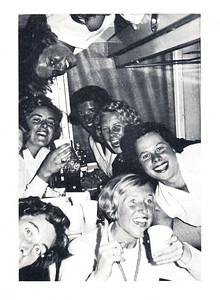 196609 Onderschrift: geen Opmerking: vooraan Anke Dienske. Bij een tocht van het Nederlands elftal naar Zuidafrika in september 1966. Waarschijnlijk in een trein.  Clubnieuws 28 (1966-1967) 1 (januari) p. 25