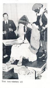 19661209 Onderschrift: zie foto Opmerking: Sint ws. op deel tafeltennistafel. Links Dick Ypes.   Clubnieuws 28 (1966-1967) 1 (januari), p. 8