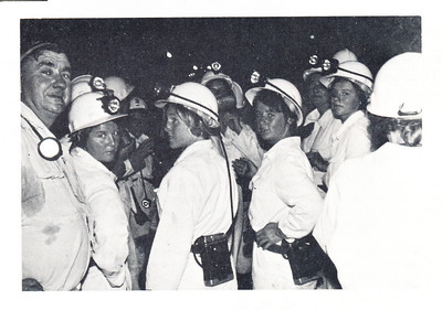 196609 Onderschrift: geen  Opmerking: in artikel in Clubnieuws komt de moord op Henk Verwoerd op 6 september 1966 aan de orde. Vandaar de datering.  In het midden Anke Dienske. Hier een afdaling in een goudmijn. Het gaat hier om een tocht van het Nederlands elftal naar Zuidafrika.  Clubnieuws 28 (1966-1967) 1 (januari) p. 24