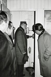 19661214nr05 Lichtinstallatie in gebruik    Opmerking: deze foto iets afgesneden in Clubnieuws 28 (1966-1967) 1 (januari) p.17 met als onderschrift Jan Blom maakt licht.    Archief DHV  Fotograaf: Johan van Dijk  Negatief