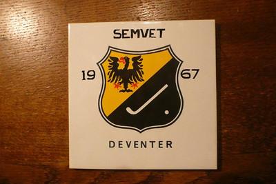 19670327 tegel gemaakt t.g.v. Semvettoernooi 1967  Zie Clubnieuws mei 1967 p. 14: Onze voorzitter bood alle bezoekende verenigingen een herinneringstegeltje aan, hetgeen beslist op prijs werd gesteld.   Collectie Jacques Eymans