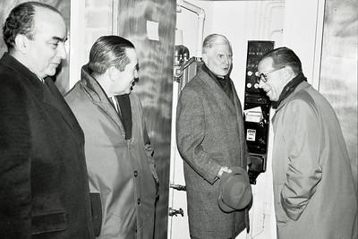 19661214nr05 Lichtinstallatie in gebruik    Vlnr: Chris van der Mandele, Appie Kolkman (groundsman/bar), Jan Blom, Dick Ypes  Deze foto gedeeltelijk in Clubnieuws 28 (1966-1967) (1 januari) p. 18   Archief DHV  Fotograaf: Johan van Dijk  Negatief