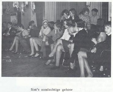 19671209 Onderschrift: zie foto  Opmerking: Sinterklaasfeest 9 december 1968  Clubnieuws 29 (1968) 1, p. 20 Fotograaf: onbekend  Formaat: 8 x 6 Afdruk zw