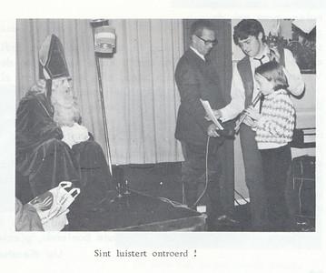 19671209 Onderschrift: zie foto  Opmerking: Sinterklaasfeest 9 december 1967. Dick Ypes en Hank Sanger  Clubnieuws 29 (1968) 1, p. 19 Fotograafg: onbekend Formaat: 8 x 6 Afdruk zw