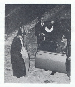 19671209 Onderschrift: geen  Opmerking: komst Sinterklaas op 9 december 1967 Kie van Groningen chauffeur ?    Clubnieuws 29 (1968) 1, p. 9 Fotgraaf: onbekend Formaat: 7 x 6 Afdruk zw